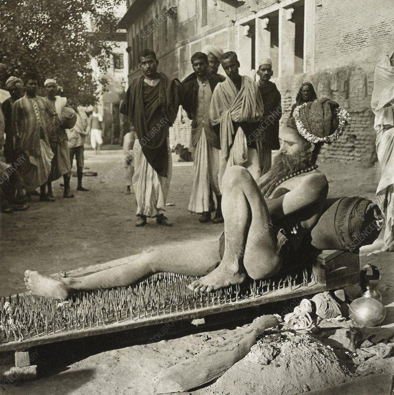 Fakir en su cama de clavos. El cuarto camino, incluye aspectos del camino del fakir.