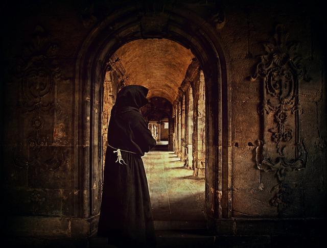 Un monje recorre el claustro de su monasterio. El cuarto camino, incluye aspectos del camino del monje.